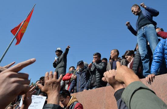 Tüntetők a kirgiz fővárosban Biskekben 2020. október 7-én #moszkvater