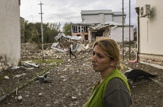 Egy nő áll megsemmisült háza előtt Sztyepanakertben, Hegyi-Karabah fővárosában 2020. október 7-én a bombázások után #moszkvater