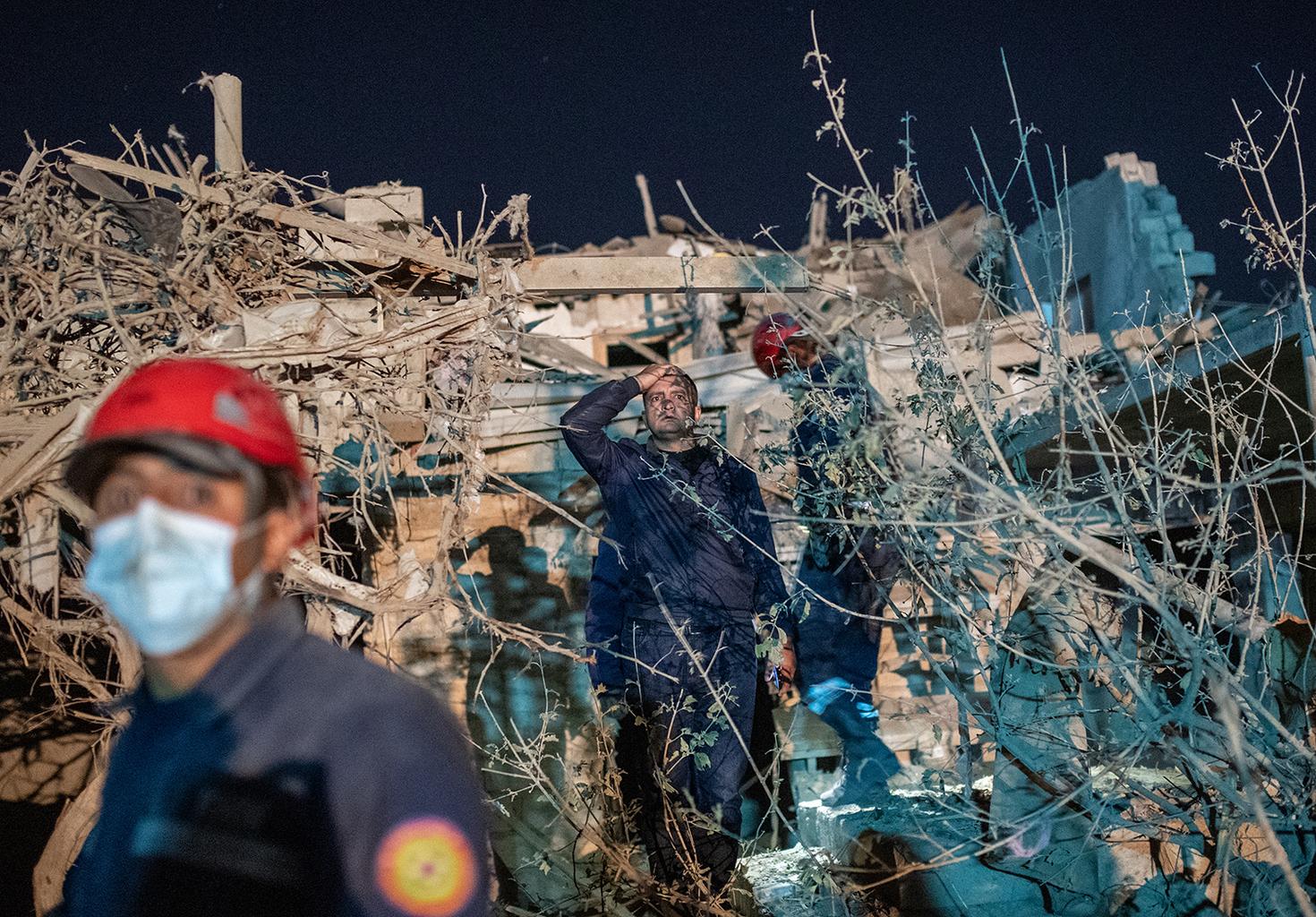 Mentőcsapat dolgozik az azerbajdzsáni Gandzsa városában az esti rakétatámadás helyszínén 2020. október 17-én #moszkvater