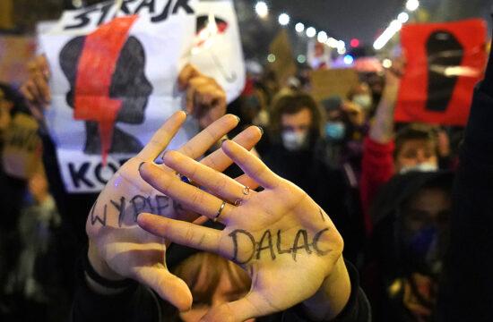 Tüntetők az Alkotmánybíróság abortusztörvény-korlátozásról szóló döntése ellen tiltakoznak Varsóban, Lengyelországban, 2020. október 23-án #moszkvater