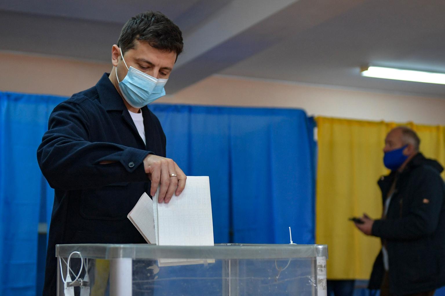 Volodimir Zelenszkij leadja szavazatát Kijevben a helyhatósági választásokon 2020. október 25-én #moszkvater