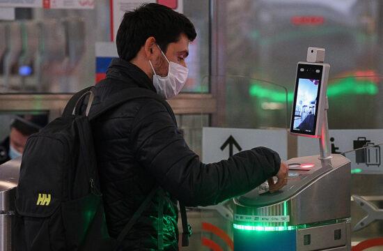 A moszkvai metróban hőérzékelővel felszerelt kamerákkal is szűrik az utazókat #moszkvater