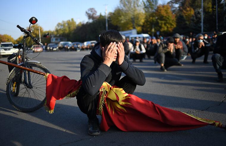 Imádkozó tüntető Biskekben 2020. október 14-én #moszkvater