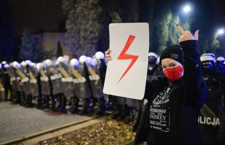 """""""A demonstráció jelképe egy maszkot viselő női fej és egy villám jele, amit a kormánypárti média előszeretettel azonosított – teljesen hibásan – a náci horogkereszttel"""" #moszkvater"""