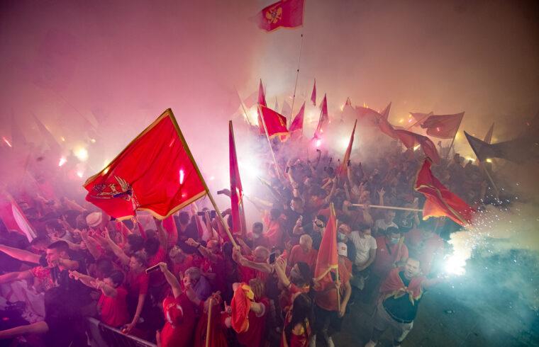 A montenegrói kormány mellett kiállók tüntetése az augusztus 30-i választás után Podgoricában 2020. szeptember 6-án #moszkvater