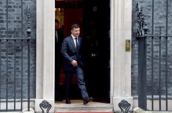 Volodimir Zelenszkij kilép a Downing street 10 ajtaján, miután Boris Johnsonnal tárgyalt 2020. október 8-án #moszkvater