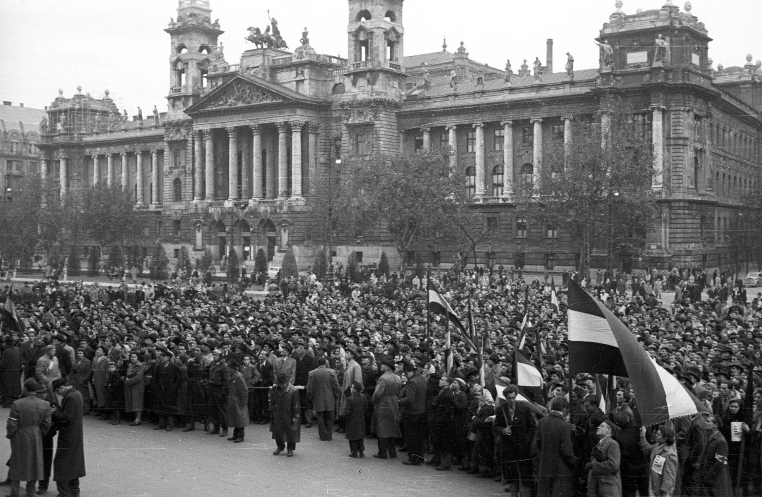 Tömeg a Kossuth téren, Budapestetn 1956. október 25-én #moszkvater