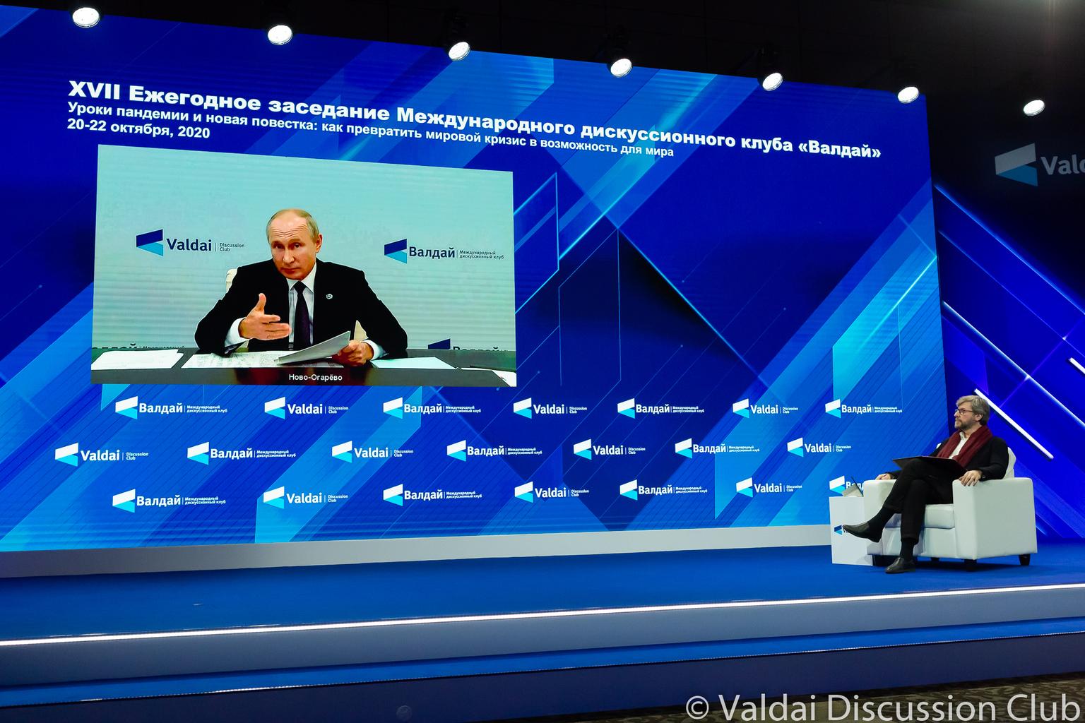 """""""A szigorú karanténban élő orosz elnök online jelentkezett be a novo-ogarjovói rezidenciáról, és zárta le beszédével a három napos tanácskozást"""" #moszkvater"""