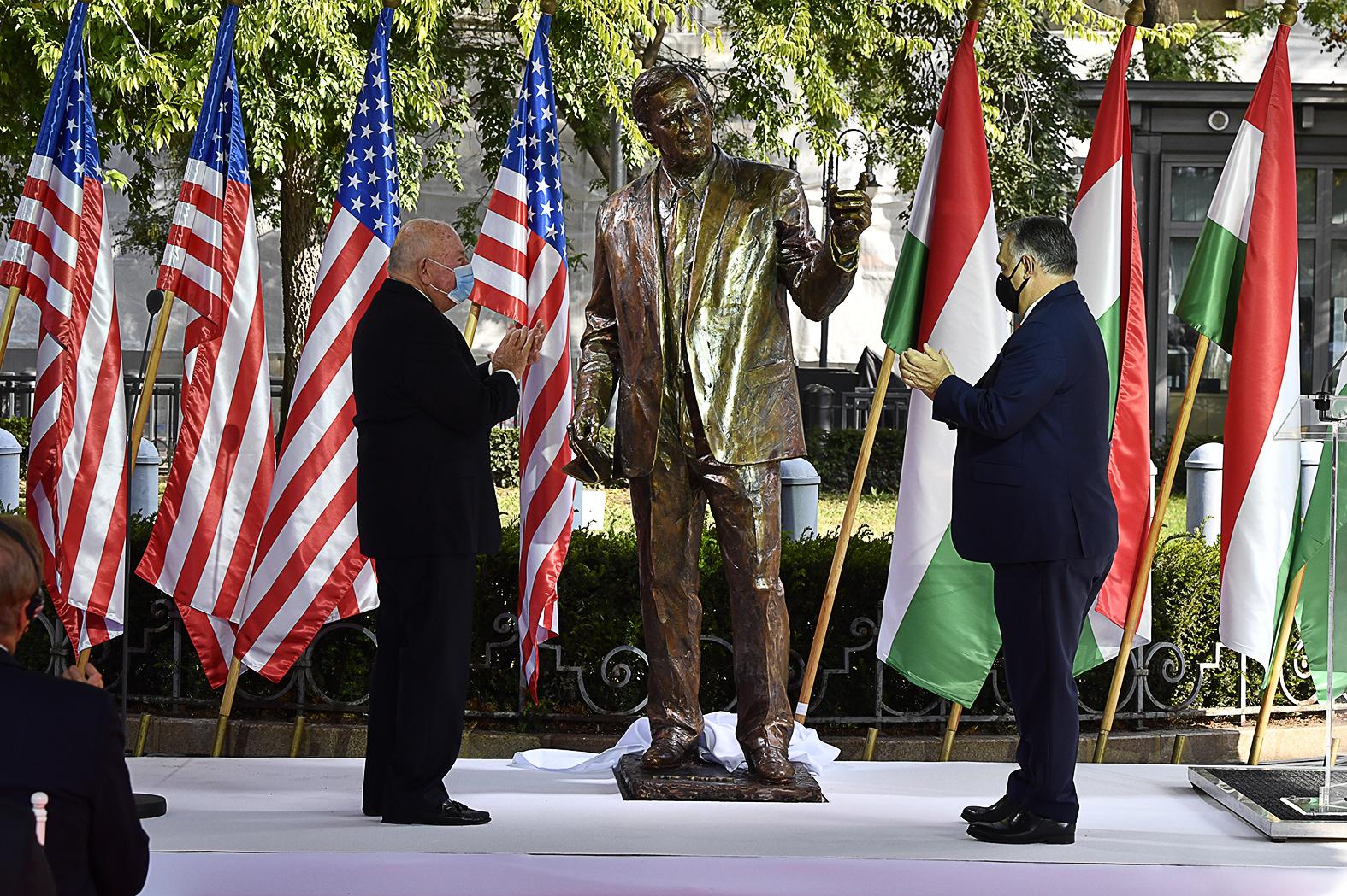 Orbán Viktor miniszterelnök (j) és David Cornstein amerikai nagykövet (b) a George H. W. Bush, az Amerikai Egyesült Államok 41., néhai elnökének tiszteletére emelt szobor ünnepélyes avatásán a budapesti Szabadság téren 2020. október 27-én. MTI/Máthé Zoltán #moszkvater