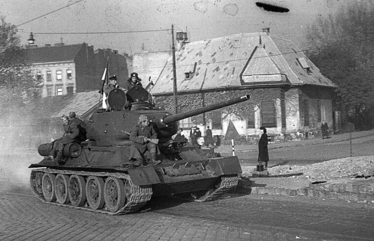 T-34-es, kitűzött magyar zászlóval vonuló harckocsi 1956-ban a Haller utcában #moszkvater