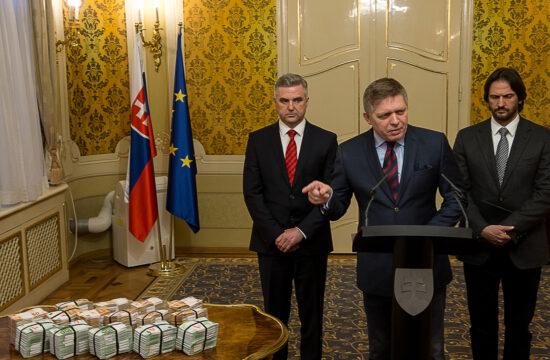 Robert Fico (középen) szlovák miniszterelnök Tibor Gaspar (balra) rendőrfőkapitány és Robert Kalinak belügyminiszter társaságában mutat rá azokra a bankjegykötegekre a Pozsonyban 2018. február 27-én tartott sajtótájékoztatón Ján Kuciak újságíró meggyilkolását követően, ahol nyomravezetői díjként egymillió eurót ajánlott fel a kormány a tettesek elfogásához vezető információkért #moszkvater