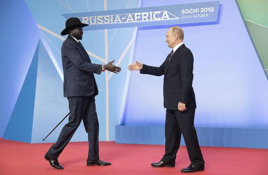 Vlagyimir Putyin orosz elnök köszönti Salva Kiir Mayardit dél-szudáni elnököt a 2019. október 23-án, Szocsiban részt vevő 2019-es orosz-afrikai csúcstalálkozón részt vevő állam- és kormányfők hivatalos köszöntő ünnepségén #moszkvater