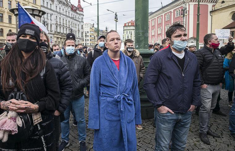 Tüntetők a cseh kormány víruselleni védekezés miatt bevezetett korlátozásai miatt tiltakoznak Prágában 2020. október 28-án #moszkvater