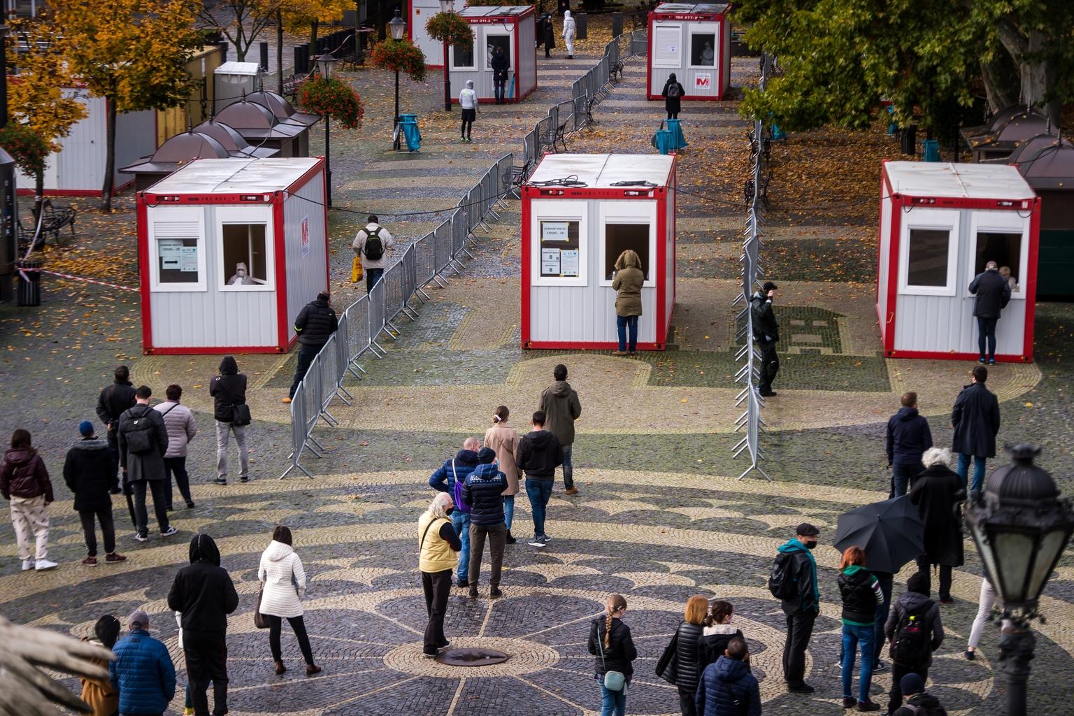 Koronavírus tesztre várakozók Pozyny belvárosában 2020. október 31-én #moszkvater