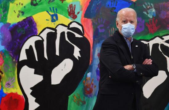 Joe Biden a demokraták elnökjelöltje áll maszkban pártja wilmigtoni eredményvárójának a helyszínén 2020. november 3-án #moszkvater