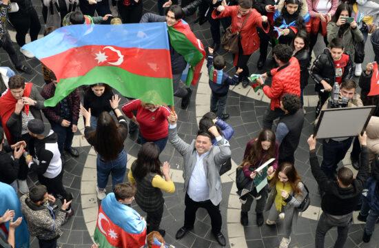 Azeri zászlóval ünneplő tömeg Baku központjában 2020. november 10-én #moszkvater