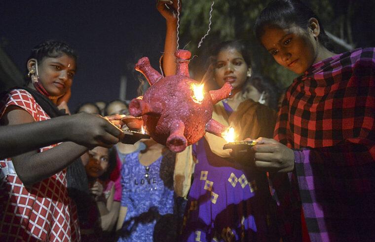 Diákok egy csoportja készül meggyújtani egy koronavírust ábrázoló modellt Hyderabadban a hindu fényfesztiválon 2020. november 14-én #moszkvater