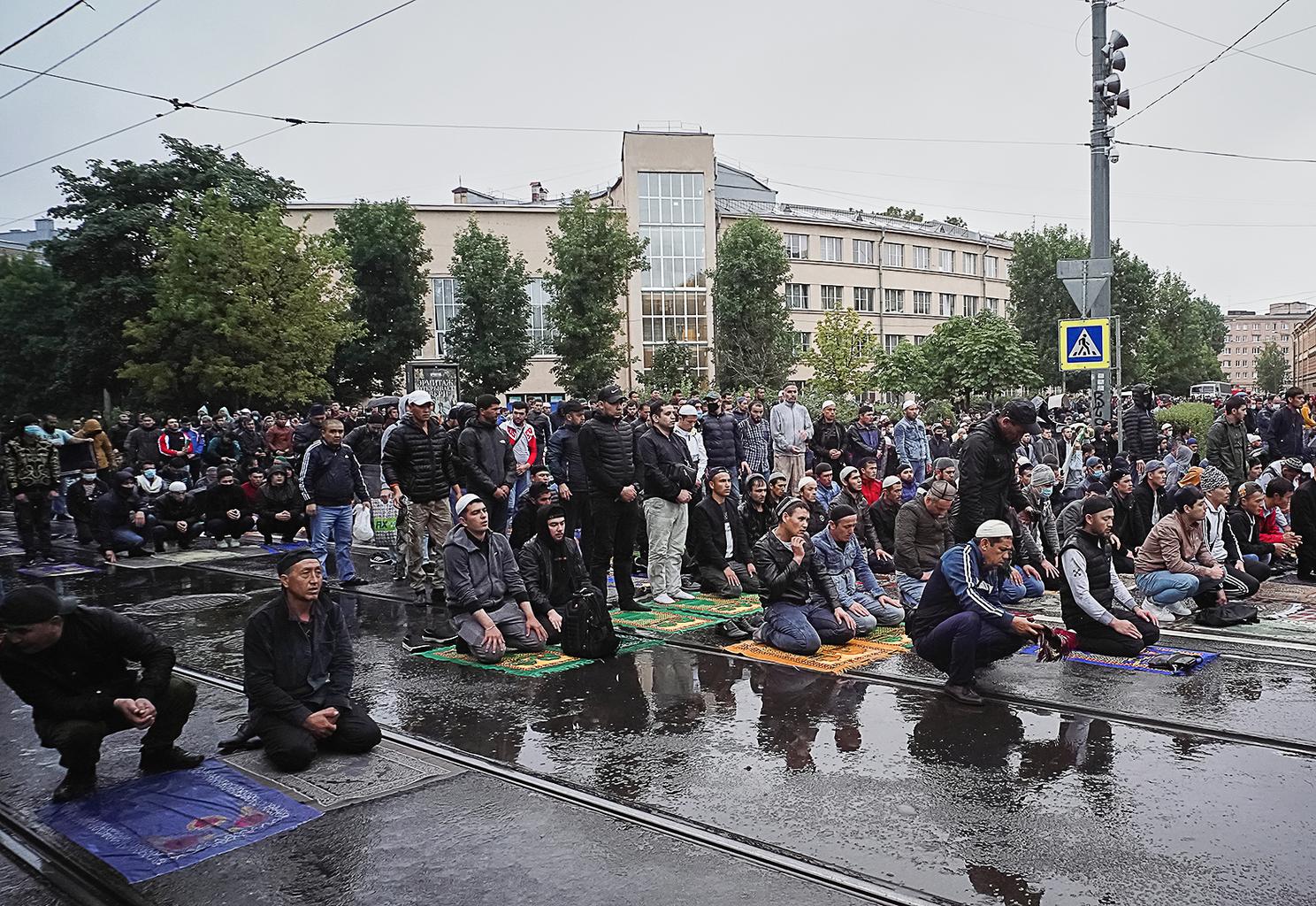 Muszlimok imádkoznak Szentpéterváron a Jumah mecset előtti parkban 2020. augusztus 31-én #moszkvater