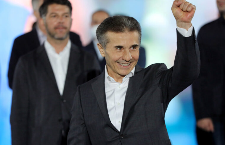 A grúz parlamenti választásokon győztes Grúz Álom párt vezetője, Bidzina Ivanisvili Tbilisziben, egy szavazóhelyiségben 2020. október 31-én #moszkvater