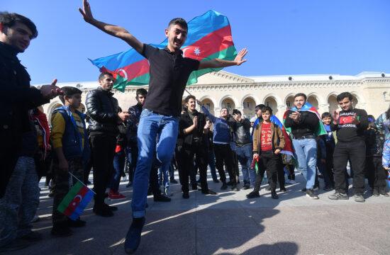 A karabahi konfliktus végét ünneplő helyiek MIngachevirben, Azerbajdzsánban 2020. november 10-én #moszkvater