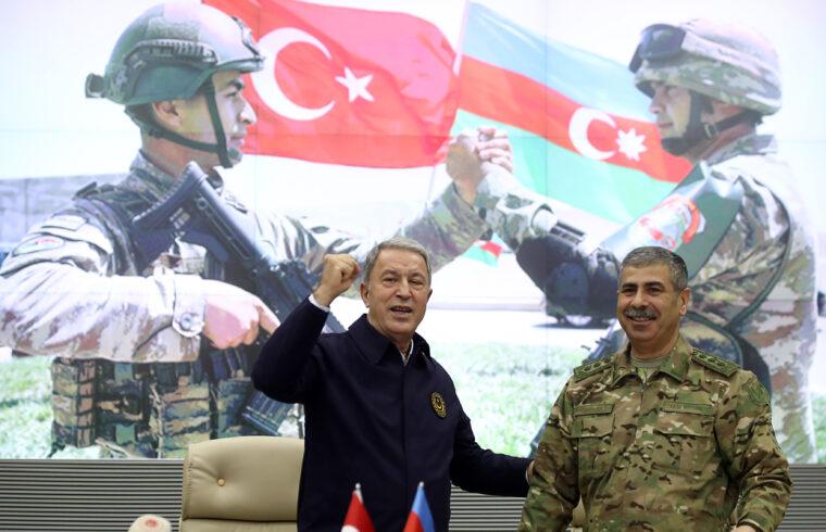 Hulusi Akar török és Zakir Hasanov (jobbra) azerbajdzsáni védelmi miniszter találkozója a Karabah-i harcok lezárása után tartott találkozójukon Bakuban, 2020. november 11-én #moszkvater