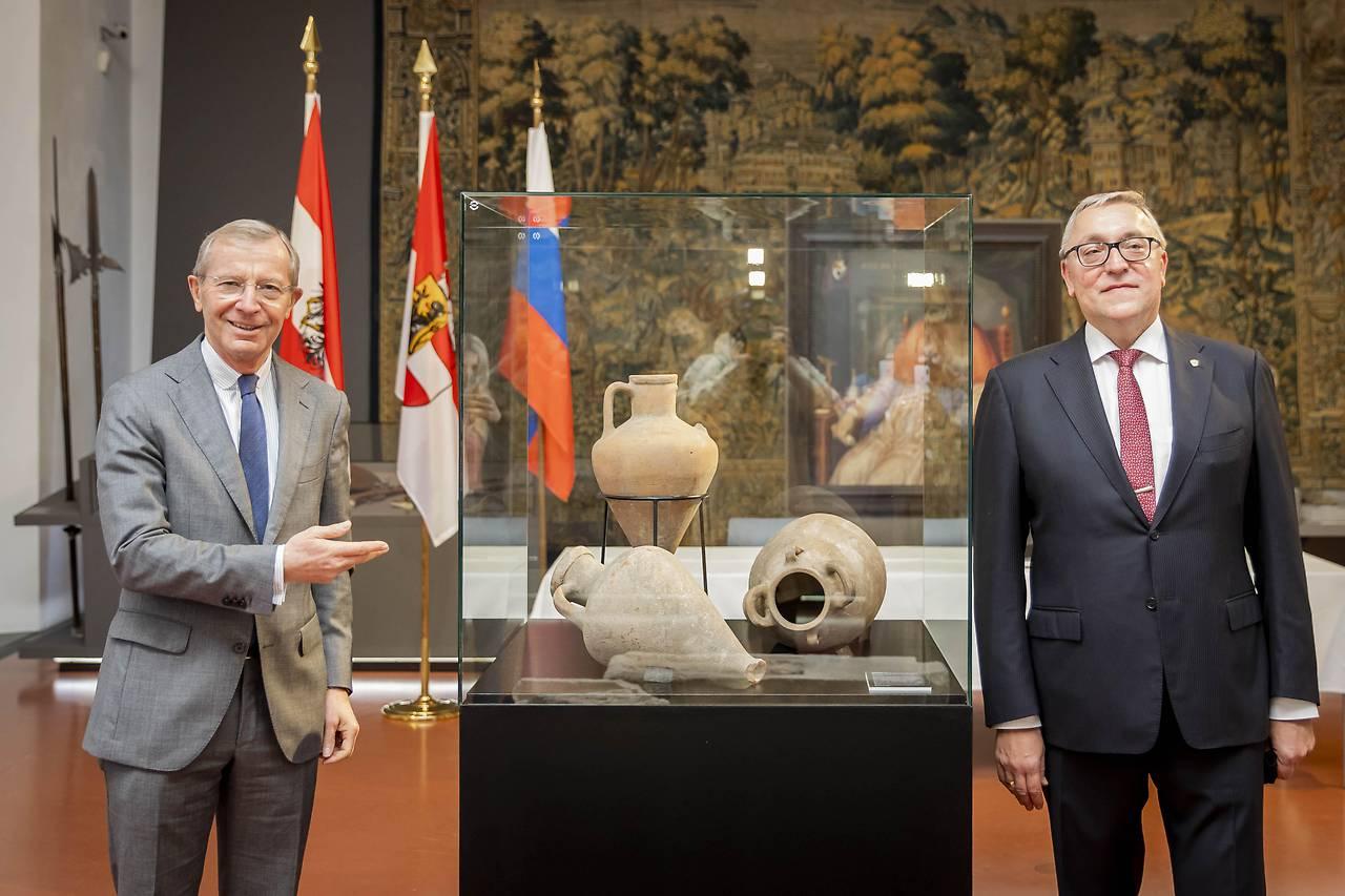 Wilfried Haslauer kormányzó és Dmitrij Lubinszkij orosz nagykövet a műtárgyak átadásakor #moszkvater