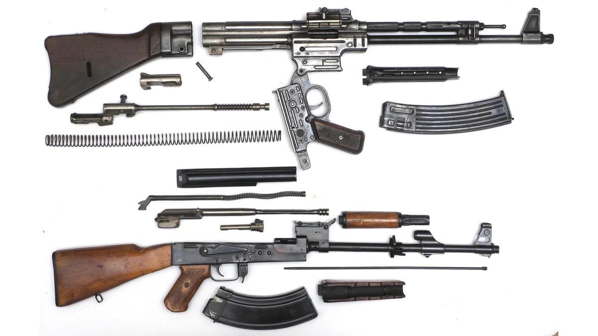 Sturmgewehr 44 és egy korai AK-47 részlegesen szétszerelt állapotban. Ahogy a szétszerelés módja is mutatja két tervezésében eltérő fegyverről van szó #moszkvater