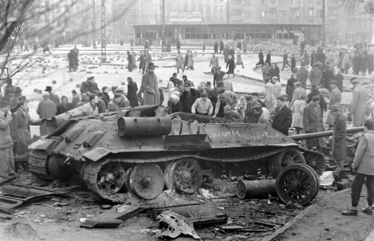 """""""A szovjet vezetés kettős játékba kezdett. Egyrészt tárgyalásokat kezdett a magyar politikai vezetéssel a szovjet csapatok kivonásáról – ennek mintegy előjeleként 1956. október 29-én kivonták a csapataikat Budapestről –, másrészt október 30-án eldöntötték, egy új, mindent elsöprő katonai hadművelettel elsöprik a magyar forradalmat"""" #moszkvater"""