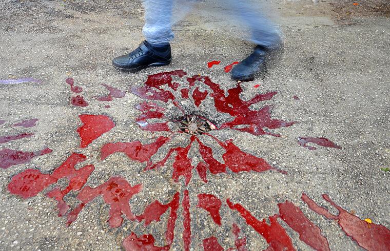 """Egy """"szarajevói rózsa"""" a Markale piacon, az 1994, február 5-i mészárlás emlékére, ahol a szerb orvlövészek a szemközti hegyről a piacra belőve 68 embert öltek meg és 144-et megsebesítettek. A """"szarajevói rózsák"""" a balkáni háború emlékhelyei, ahol a robbanások helyeit vörös festékkel jelölték meg #moszkvater"""