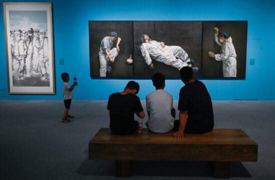 """Látogatók a Kínai Nemzeti Múzeumban Pang Maokun kínai művész """"Egységben az erő"""" című kiállításán 2020. augusztus 5-én Pekingben, amelyen a koronavírus elleni küzdelmet dolgozta fel az alkotó #moszkvater"""