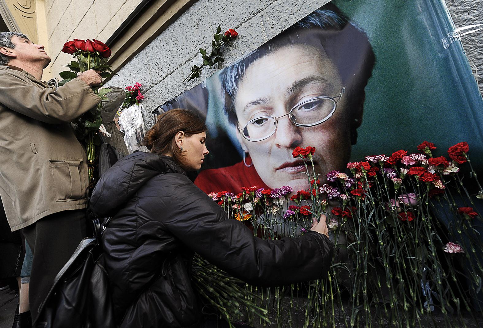 Megemlékezők Anna Politkovszkaja meggyilkolásának hamadik évfordulóján 2009. október 7-én Moszkvában #moszkvater