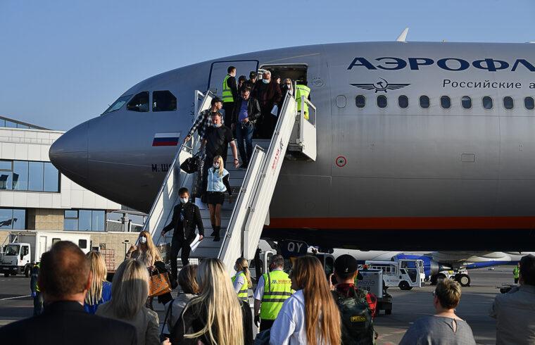 """""""A belföldi légi járatokon a rekordot rekordra döntő fertőzöttségi számok miatt jelenleg kötelező a maszkhasználat"""" #moszkvater"""