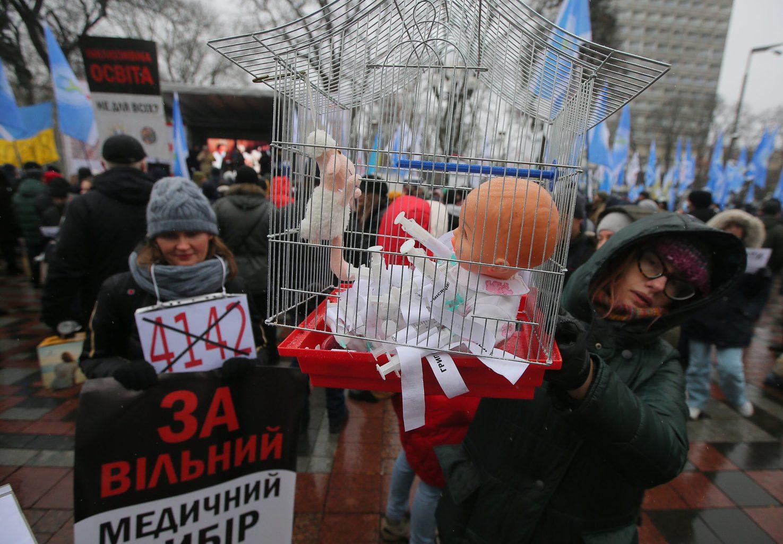 Tiltakozók tüntetnek a Rada épülete előtt az ukrán kormány koronavírusfertőzés terjedésének megakadályozására irányuló fokozott intézkedések bevezetése ellen Kijevben 2020. december 2-án #moszkvater
