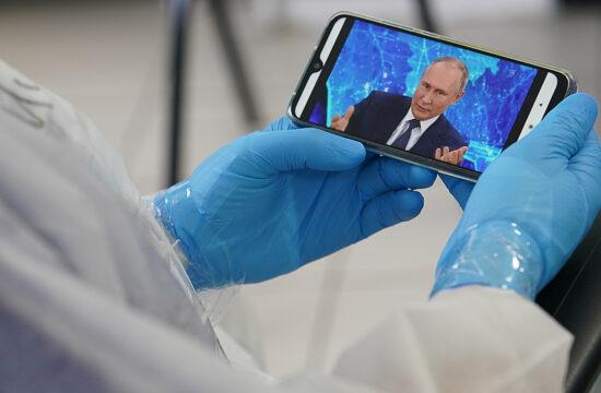 Egy orvos nézi mobiltelefonján a Tver városában lévő klinikán Vlagyimir Putyin sajtótájékoztatóját 2020. december 17-én #moszkvater