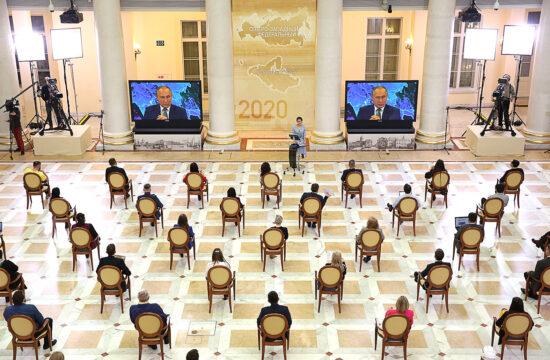 Újságírók ülnek a szentpétervári Borisz Jelcin könyvtár dísztermében Vlagyimir Putyin orosz elnök szokásos évvégi sajtótájékoztatóján, amit a koronavírus miatt videókonferencia formájában, kivetítőkön követnek #moszkvater