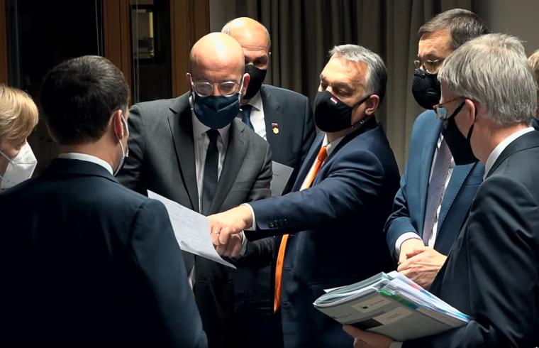 """""""Összességében megállapíthatjuk, hogy Orbán megint megmutatta, hogy komoly játékos, 19-re lapot húzott, és jól olvasta a többiek szándékát, ám politikai tőkéjéből azért túl sokat beáldozott azért, hogy győztesnek hirdethesse magát"""" #moszkvater"""