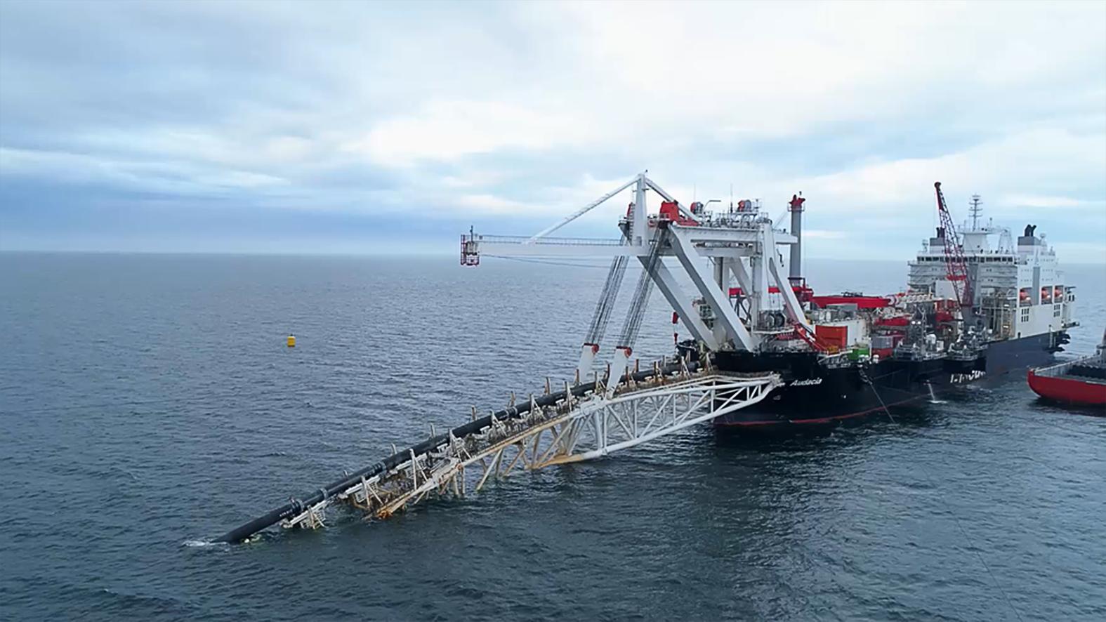 """""""Az Északi Áramlat-2 egy 9,5 milliárd eurós projekt, amelynek keretében két új, összesen évi 55 milliárd köbméter – a már meglévő vezetékpárral azonos – szállítási kapacitású vezetékkel bővíthetik a Balti-tenger fenekén húzódó Északi Áramlatot, amelynek kiindulási pontja az oroszországi Viborg, és amely a németországi Greifswaldig tart"""" #moszkvater"""