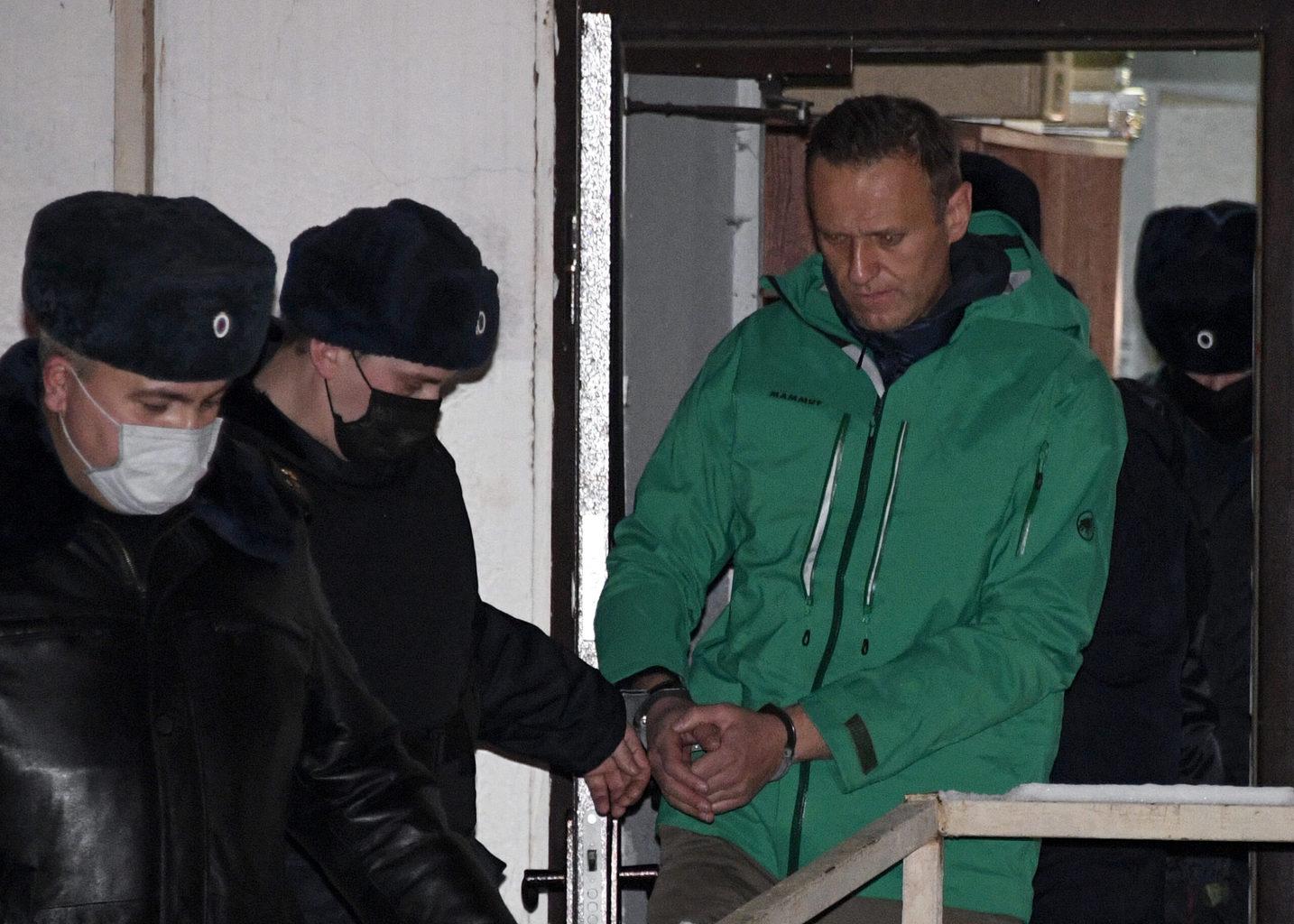 Alekszej Navalnij ellenzéki vezetőt 2021. január 18-án, Moszkva mellett, Khimkiben kísérik ki a rendőrségről, miután bírósági döntést rendeltek el 30 napos fogvatartására #moszkvater