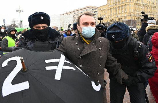 Rendőrök fognak közre egy tüntetőt, az Alekszej Navalnij letartóztatása után utcára vonuló ellenzéki demonstráción Moszkvában 2021. január 23-án #moszkvater