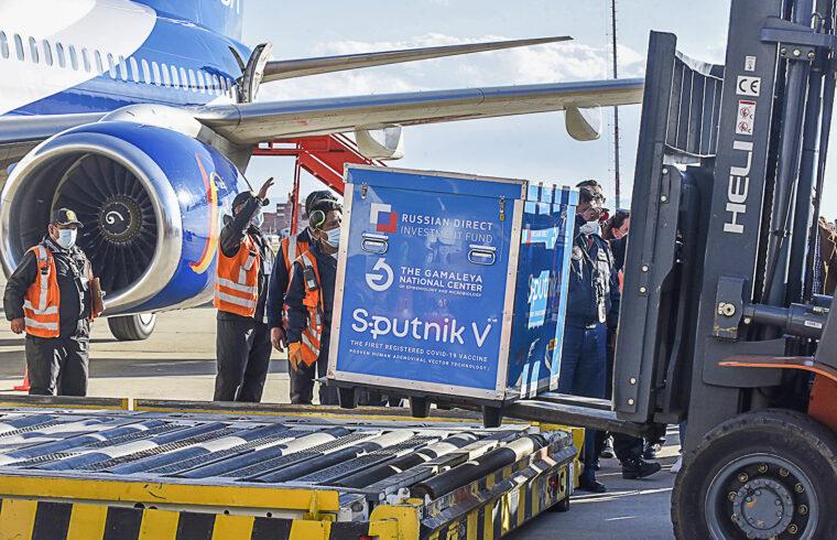 Repülőtéri alkalmazottak pakolják le a repülőgépről az oroszországból érkezett Szputnyik V oltóanyagot a bolíviai La Paz repülőterén 2021. január 28-án #moszkvater
