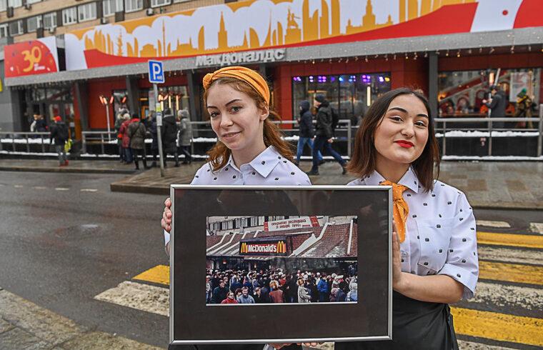 Az első moszkvai McDonald's gyorsétterem alkalmazottai mutatják az 1990e-s nyitás napján készült képet az üzlet megynitásának 30-ik évfordulóján, 2020. január 31-én a moszkvai Puskin téren #moszkvater