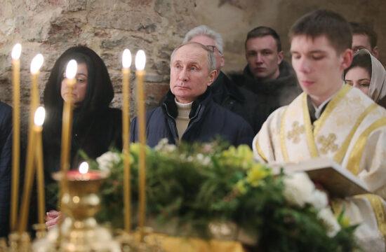 """""""Mint az éles szemű, divathoz értők kiszúrták, az éjféli misére Putyin Andrea Campagna márkájú drága dzsekiben érkezett"""" #moszkvater"""
