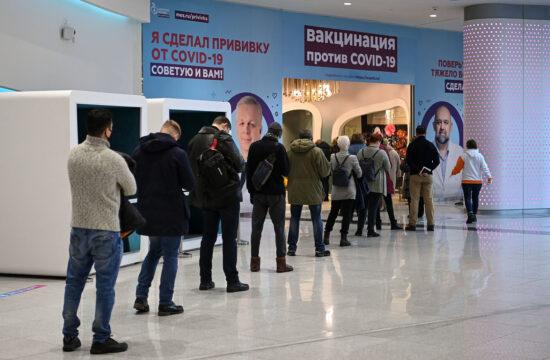 Koronavírus oltásra várók sora a moszkvai GUM áruházban felállított mobil oltópont előtt 2021. január 20-án #moszkvater
