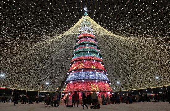 Az ortodox karácsony tiszteletére feldíszített karácsonyfa Kazany központjában 2021. január 5-én #moszkvater
