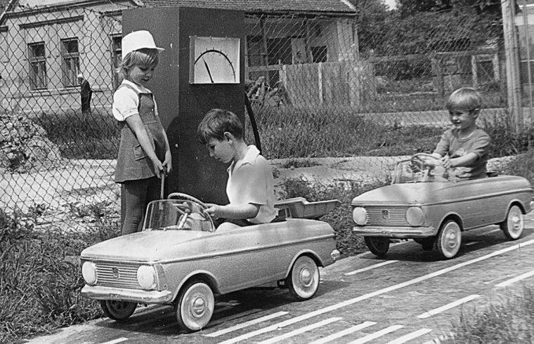 Lábbal hajtható Moszkvics kisautókkal játszó gyermekek Dombóváron 1974-ben #moszkvater