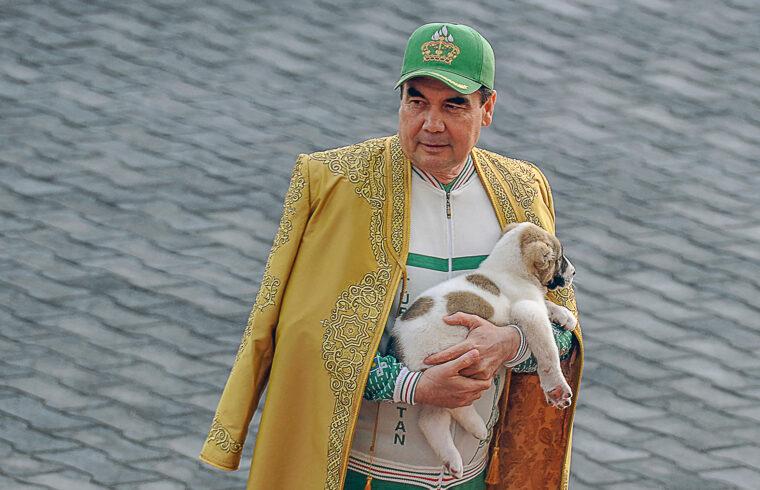 Gurbanguli Berdimuhamedov a türkmén elnök ölében egy közép-ázsiai juhászkutyával 2018-ban Asgabatban #moszkvater