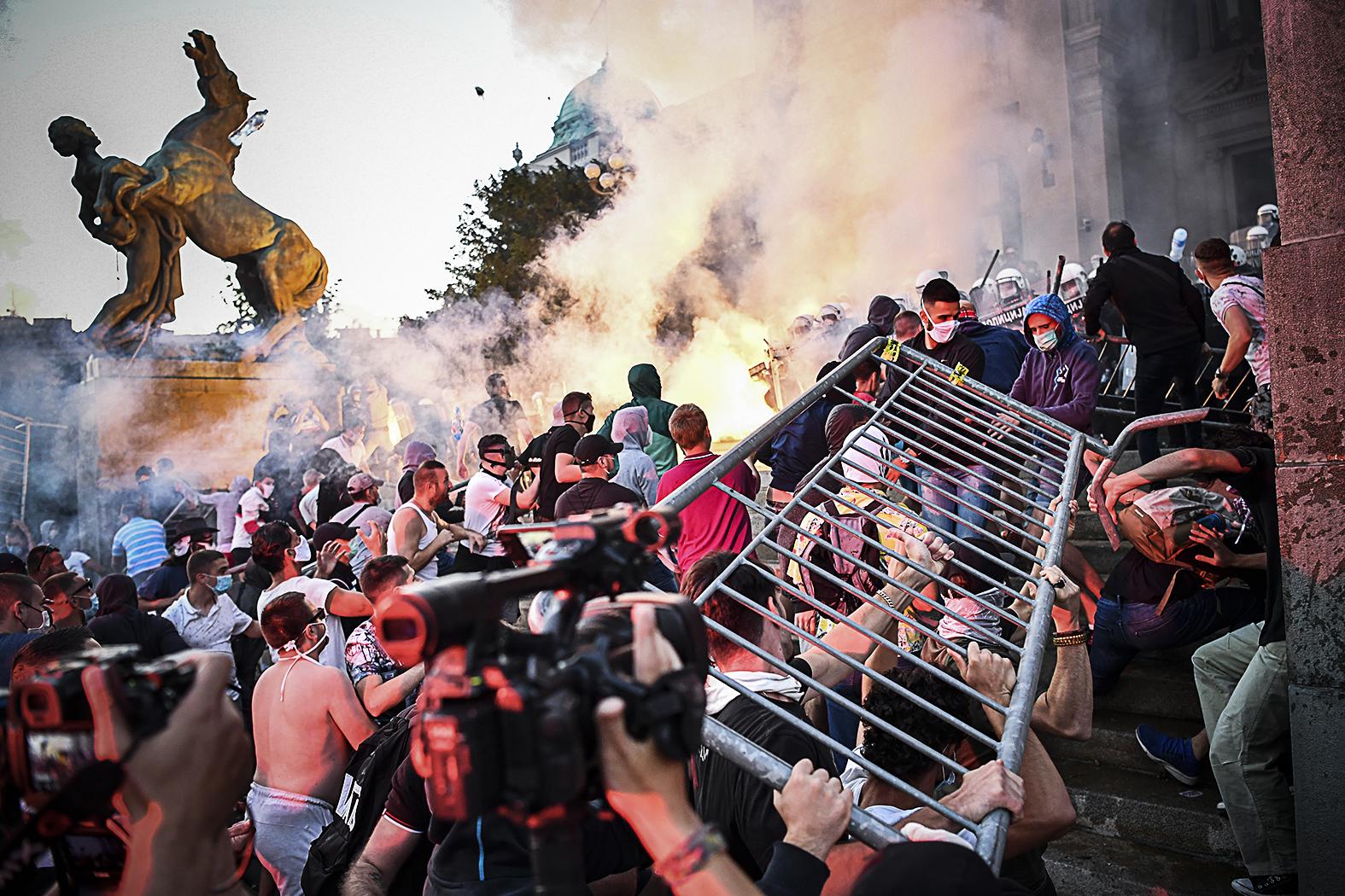 Amikor a szerb kormány meglebegtette, hogy ismét be kell vezetni a kijárási tilalmat, több ezren vonultak a parlament elé, az erőszakos tiltakozókat csak a rendőrségnek sikerült visszatartania, hogy bejussanak a szkupstinába #moszkvater