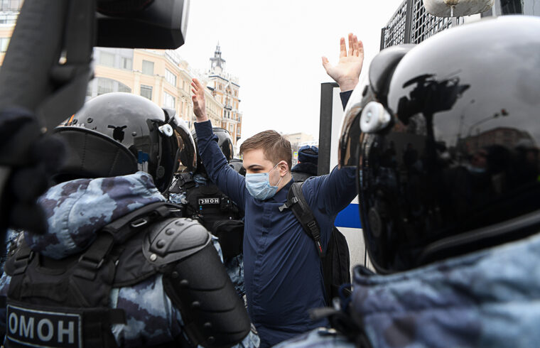 Rohamrendőrök vesznek őrizetbe egy férfit Moszkvában az Alekszej Navalnij bebörtönzése ellen tiltakozók tüntetésén 2021. január 31-én #moszkvater