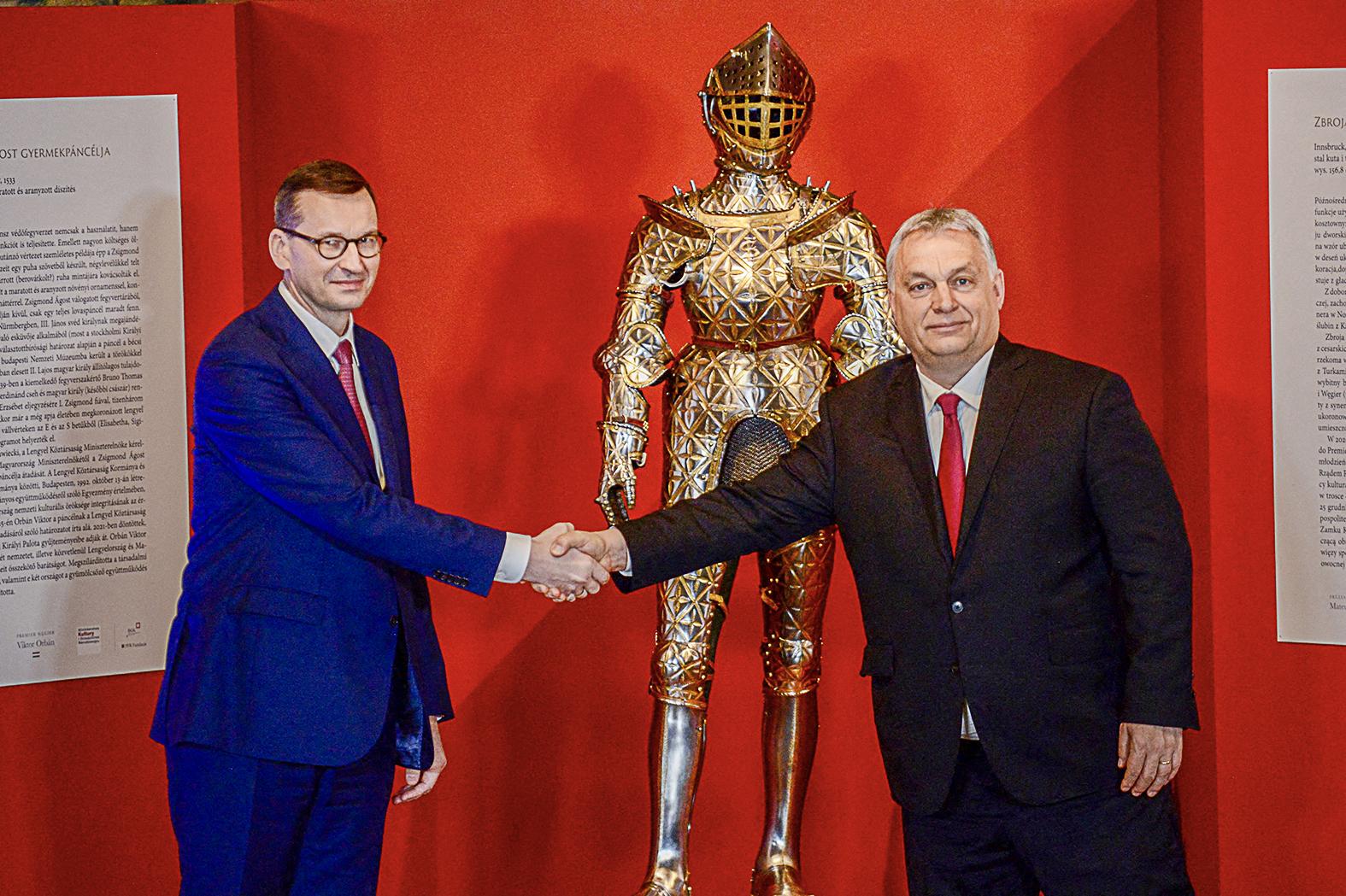 Mateusz Morawiecki lengyel és Orbán Viktor magyar miniszterelnök II. Zsigmond Ágost gyermekkori páncéljának átadásán Krakkóban 2021. február 18-án #moszkvater