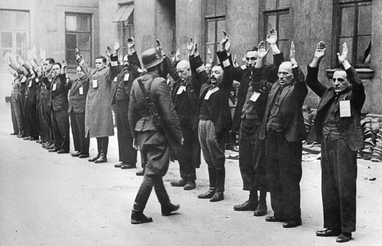 Német SS-tiszt ellenőrzi a kényszermunkára beosztott zsidókat a varsói gettóban 1943-ban #moszkvater